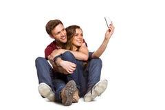 Jeunes couples prenant le selfie avec le téléphone intelligent Image libre de droits