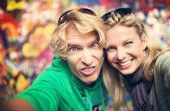 Jeunes couples prenant le selfie de lui-même Images libres de droits