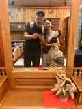 Jeunes couples prenant le selfie par le téléphone portable photo stock