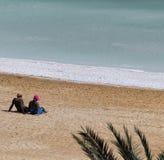 Jeunes couples prenant le traitement de boue Image stock