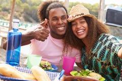 Jeunes couples prenant Selfie pendant le déjeuner dehors Image stock