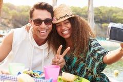 Jeunes couples prenant Selfie pendant le déjeuner dehors Photographie stock