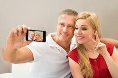 Jeunes couples prenant un selfie Images libres de droits