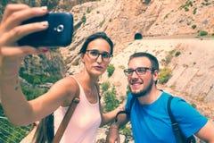 Jeunes couples prenant un selfie photo libre de droits