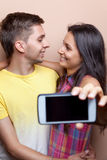 Jeunes couples prenant un selfie avec le téléphone portable Photographie stock