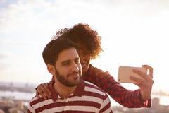 Jeunes couples prenant un selfie d'amusement Photos stock
