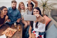 Jeunes couples prenant un selfie sur le toit Image stock