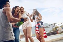 Jeunes couples prenant un selfie sur le toit Images libres de droits