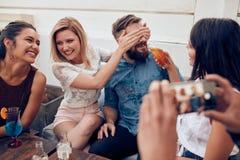 Jeunes couples prenant un selfie sur le toit Image libre de droits