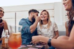 Jeunes couples prenant un selfie sur le toit Images stock