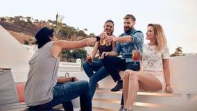 Jeunes couples prenant un selfie sur le toit Photos libres de droits