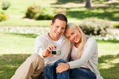 Jeunes couples prenant une photo de lui-même Images libres de droits