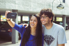 Jeunes couples prenant une photographie d'autoportrait de selfie de lui-même Image libre de droits