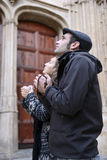 Jeunes couples priant à un dieu utilisant des petits programmes de prière Photographie stock libre de droits