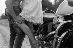 Jeunes couples près du vélo dans le domaine Photos libres de droits