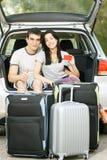 Jeunes couples prêts pour le voyage par la route Photographie stock libre de droits