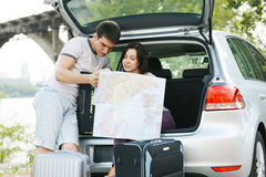 Jeunes couples prévoyant leur voyage Images stock