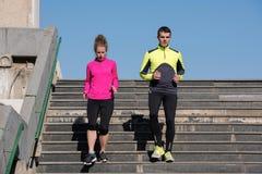 Jeunes couples pulsant sur des étapes Images stock