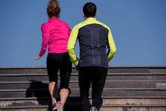 Jeunes couples pulsant sur des étapes Photo stock