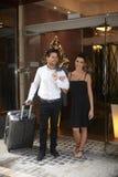 Jeunes couples quittant l'hôtel image stock