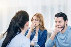 Jeunes couples réfléchis rendant visite à un psychologue Photo libre de droits