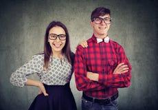 Jeunes couples réussis heureux regardant l'appareil-photo photos stock