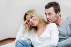 Jeunes couples rêvant leur contrat à terme Photos stock
