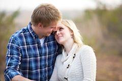 Jeunes couples regardant affectueusement l'un l'autre photos stock
