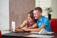 Jeunes couples regardant au plat image libre de droits