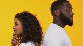 Jeunes couples regardant avec l'intérêt, considérant la nouvelle connaissance, choix d'associé banque de vidéos