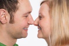 Jeunes couples regardant dans ses yeux Image libre de droits