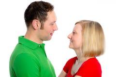 Jeunes couples regardant dans ses yeux Photos stock