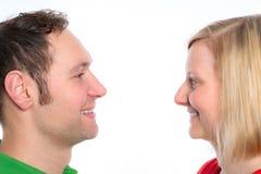 Jeunes couples regardant dans ses yeux Photographie stock libre de droits