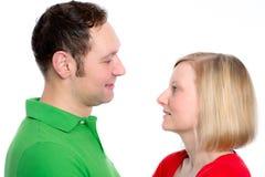 Jeunes couples regardant dans ses yeux Image stock