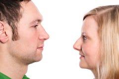 Jeunes couples regardant dans ses yeux Photos libres de droits