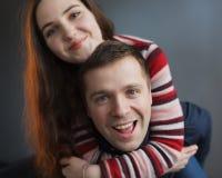 Jeunes couples regardant l'appareil-photo heureusement Image libre de droits
