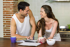 Jeunes couples regardant l'un l'autre dans la cuisine Photo libre de droits