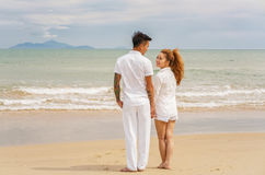 Jeunes couples regardant l'un l'autre la plage Danang de la Chine Photo stock
