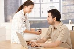 Jeunes couples regardant l'un l'autre tendrement Photos stock