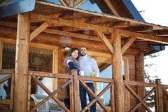 Jeunes couples regardant la distance de la terrasse Photo stock