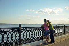 Jeunes couples regardant la rivière images stock