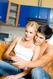 Jeunes couples regardant la TV Images libres de droits