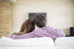 Jeunes couples regardant la TV Photographie stock