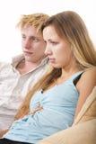 Jeunes couples regardant la TV Photographie stock libre de droits