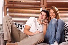 Jeunes couples regardant la TV Image stock