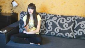 Jeunes couples regardant la TV sur le sofa images libres de droits