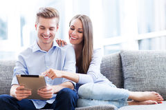 Jeunes couples regardant le comprimé numérique Image libre de droits