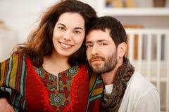 Jeunes couples regardant le sourire d'appareil-photo photographie stock