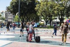 Jeunes couples regardant une carte à Barcelone Image libre de droits