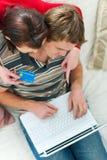 Jeunes couples rendant des achats en ligne Photo libre de droits